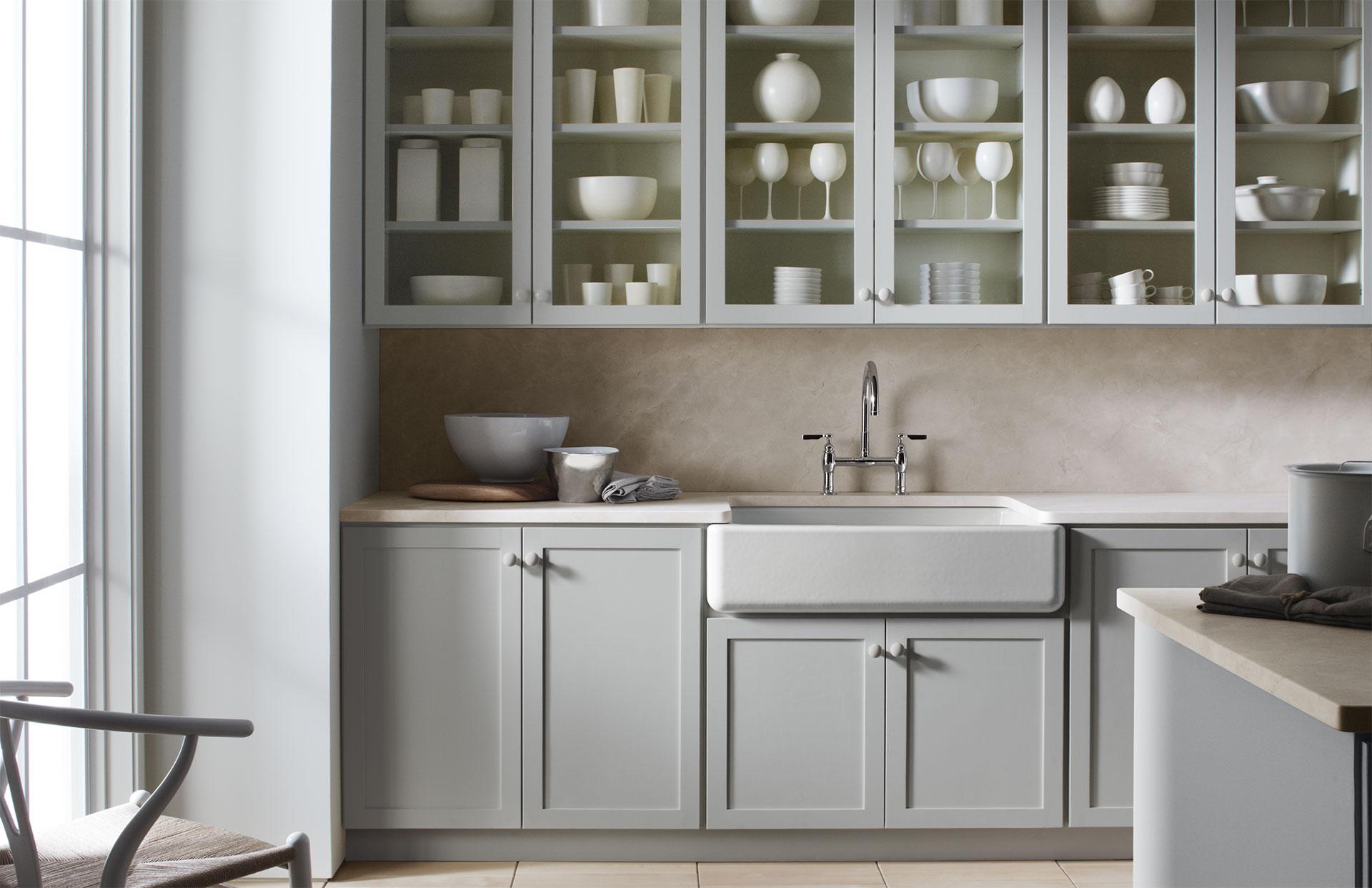 style classique avec une touche rustique comptoir en quartzite bianca vena verde armoires en. Black Bedroom Furniture Sets. Home Design Ideas