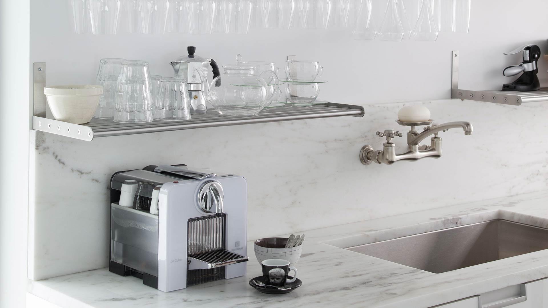 vier souvent malmen l vier de la cuisine doit tre robuste r sistant aux taches et aux. Black Bedroom Furniture Sets. Home Design Ideas